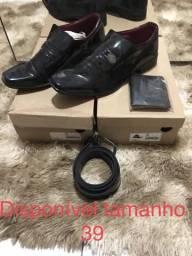 Promoção para zerar estoque kit sapato social envernizado + cinto + carteira