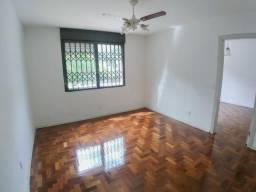 Amplo apartamento de um dormitório, com garagem.