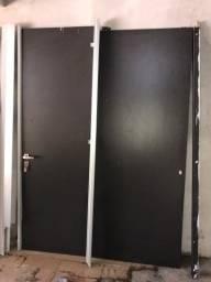 Porta preta com divisórias para escritório ou comércio