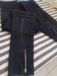 Calça preta com detalhes