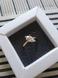 Anel folheado a ouro, linda pedra de Zircônia.