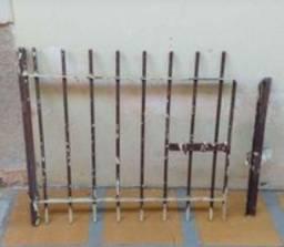 Portão de ferro maciço pequeno pra canil ou  casinha de gás.