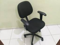 Cadeira giratória c/ regulag altura, rodinhas e apoio braço
