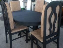 Jogo de mesa de madeira com 4 cadeiras acolchoadas.