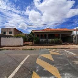 Casa para Venda em Alfenas, Jardim América, 4 dormitórios, 2 suítes, 1 banheiro, 2 vagas