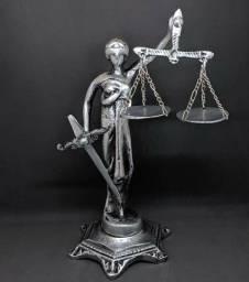 Linda estátua deusa da justiça
