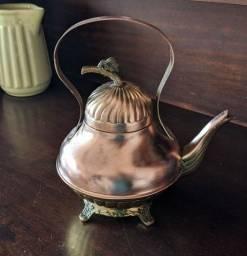 Linda chaleira antiga em bronze e cobre