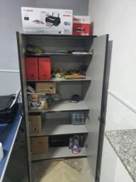 Armário e mesa para escritório