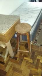 Mesa e banquinho de madeira de lei