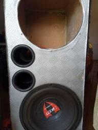 Caixa de som com um alto falante de 12