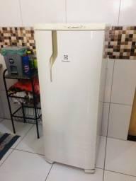 Vendo geladeira Electrolux para consertar a parte do congelador  350