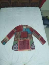 Blusa de tecido fino com mangas compridas