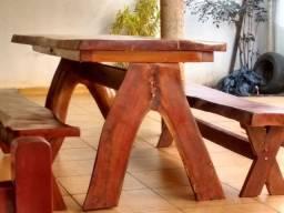Mesa de madeira rústica com 2 bancos