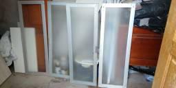 Portas de armário com estrutura de alumínio e tampo de vidro