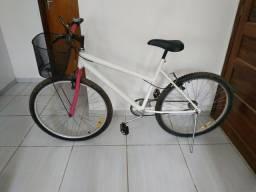 Bicicleta feminina semi nova Aro 26 com cestinha, buzina, retrovisor e descanso.
