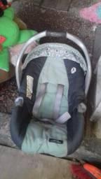 Carrinho de bebe com bebe conforto .
