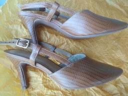 Sandália da marca LISSA com saltinho num. 34 #SEMINOVA #FAÇOENTREGA