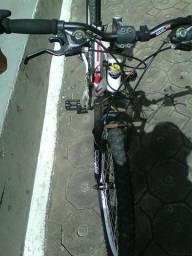 Bike seminova, quadro de alumínio aro 26, cor branca, câmbio Shimano.