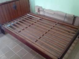 Cama de casal de madeira