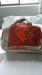 Bolsa Pratic, em tecido bordada a mão (Cor da moda!)