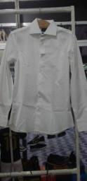 Camisa branca e calça social Preta.