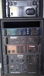 Vários amplificadores.