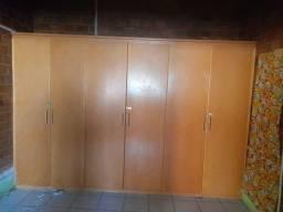 Guarda-roupa  de madeira maciça pra vende logo