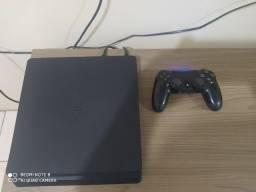 Playstation 4 com um controle ACEITO CARTÃO