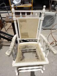 Cadeira balanço antiga  madeira. Leia a