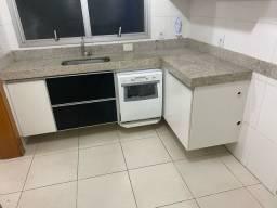 Cozinha completa e bancada mais bancada dois banheiros