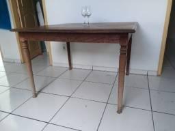 Mesa de 4 a 8 lugares rústica e clássica