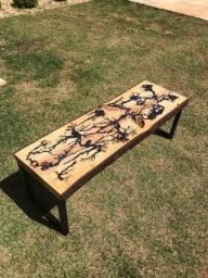 Mesa de centro com madeira e resina epóxi