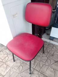 Vendo cadeira de escritório vermelha em couro seminova