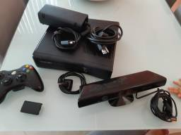 XBOX 360 COM KINECT E 1 CONTROLE DESBLOQUEADO POUCO USO.