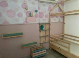 Cama casinha + 2 porta livros + estante + caixote com rodinha + 3 cabideiros redondos