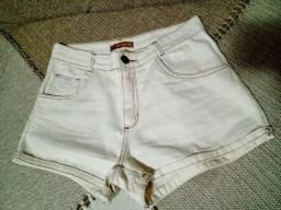 Short jeans Miss Nina. Cor Branco off white. Tamanho 40