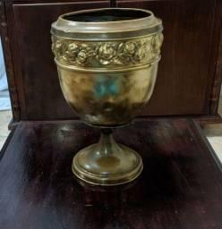 Lindo vaso antigo em bronze