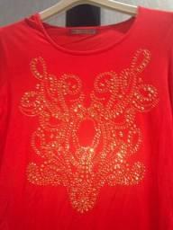 Blusa em malha coral com estampa dourada