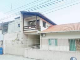 Aluga-se excelente casa de alvenaria, parte superior, contendo 01 dormitório com sacada, s