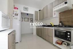 Amplo apartamento térreo reformado com pátio, com 02 dormitórios.