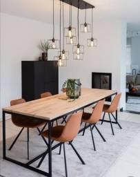 Mesa de jantar sofisticada com pés de metal galvanizado e tampo de madeira pinus maciça.