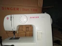 Vendo máquina de costura semi nova ainda na caixa..