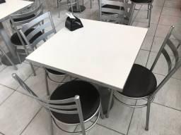 Conjunto mesa e cadeiras restaurante