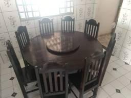 Mesa de madeira com prato giratório