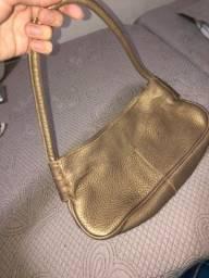 Bolsa dourada e bolsa de praia feita de palha