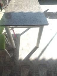 Mesa de granito com cadeiras