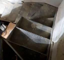 Escada de ferro nova e com pedras de mármore para ela