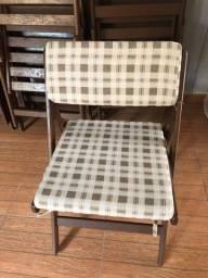 Cadeiras de madeira com estofado