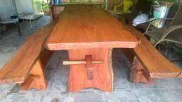 Vende-se perfeita mesa de madeira com bancos, super conservada
