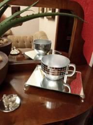 Bandeija e xícara espelhadas
